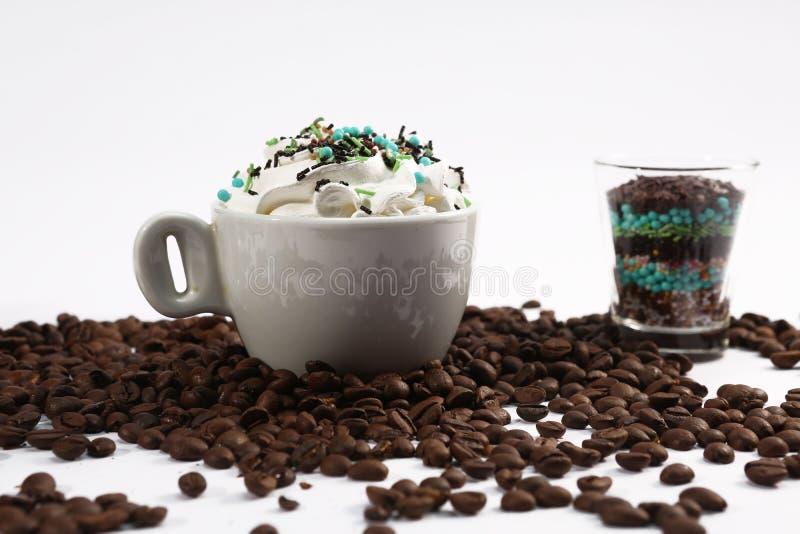 Kopp kaffe med godisar arkivfoton