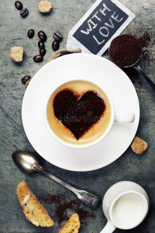 Kopp kaffe med hjärta på skum royaltyfri fotografi