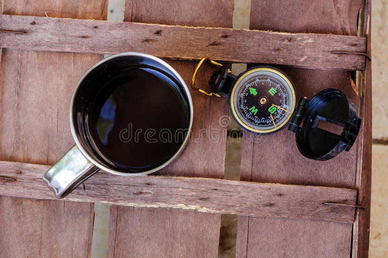 Kopp kaffe med kompasset arkivbilder