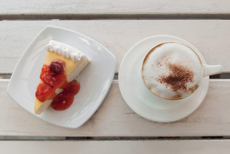 Kopp kaffe med kräppkakan arkivfoto