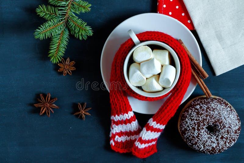 Kopp kaffe med marshmallow-, munk-, kanel- och stjärnaanis arkivbilder
