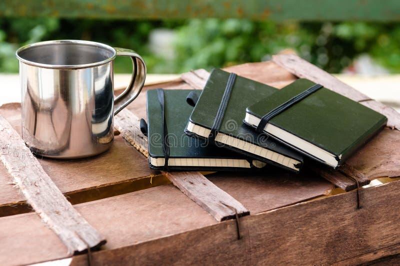 Kopp kaffe med notepads arkivbild
