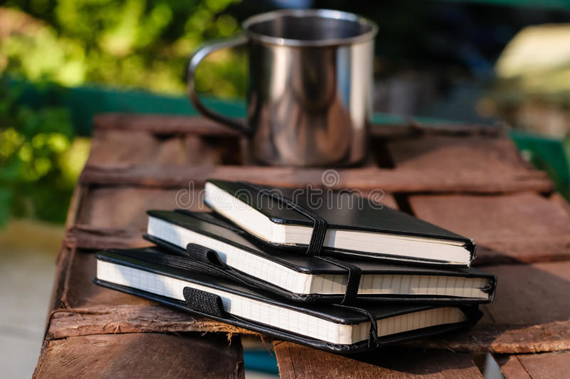 Kopp kaffe med notepads royaltyfria bilder
