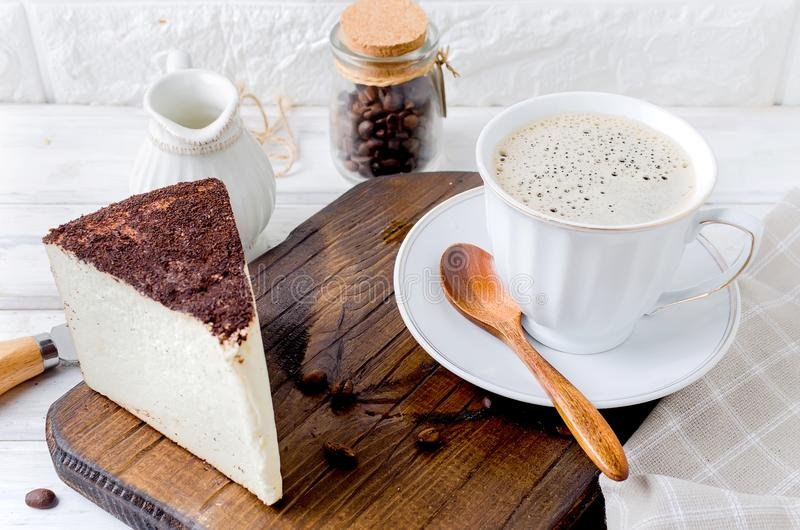 Kopp kaffe med ostkaka fotografering för bildbyråer
