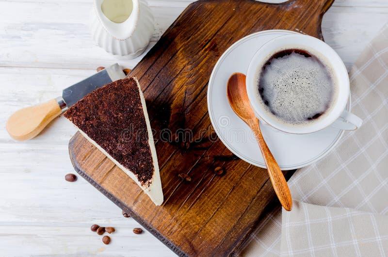 Kopp kaffe med ostkaka royaltyfri foto