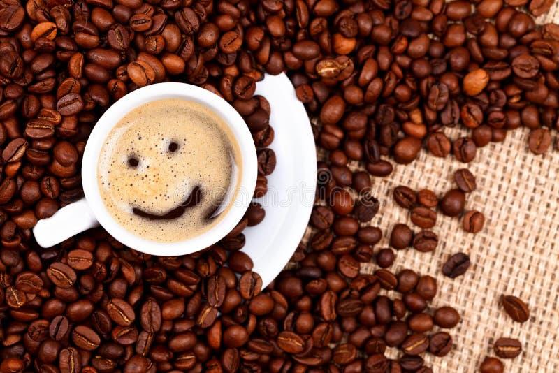 Kopp kaffe med smileyframsidan royaltyfri fotografi