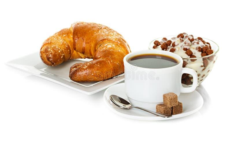 Kopp kaffe, nya giffel och mysli royaltyfri bild