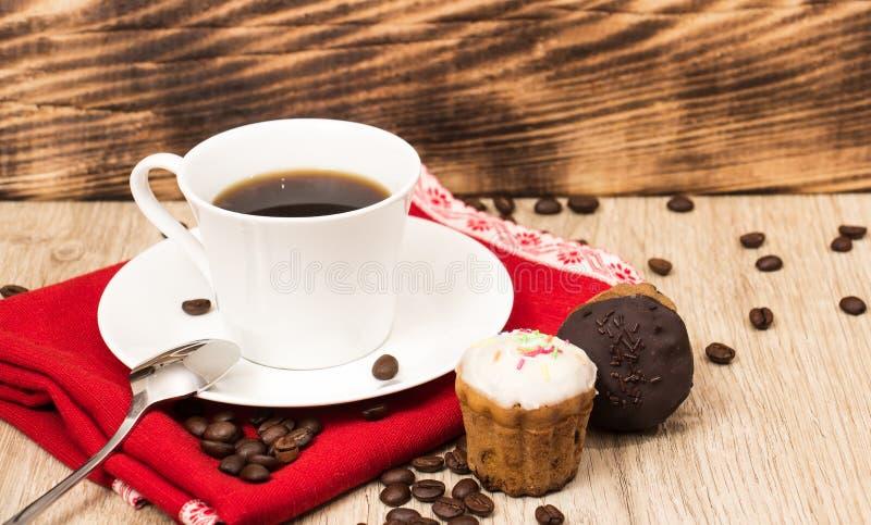 Kopp kaffe och en hemlagad biscotti för handfull med choklad och mandlar på en trätabell fotografering för bildbyråer