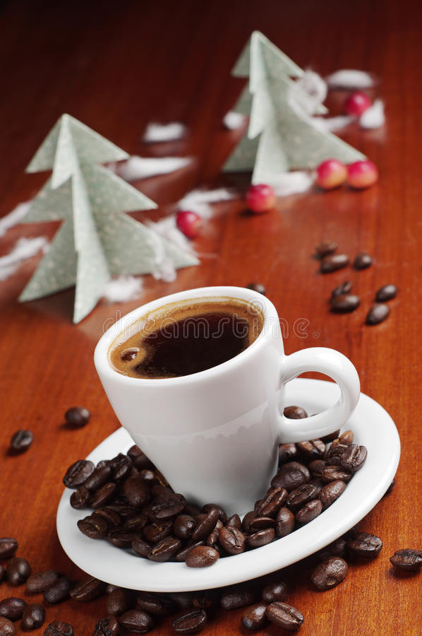 Kopp kaffe och gran-träd royaltyfria foton