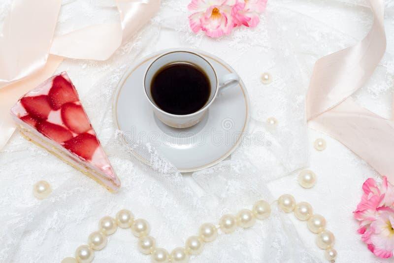 Kopp kaffe- och jordgubbekaka royaltyfria foton