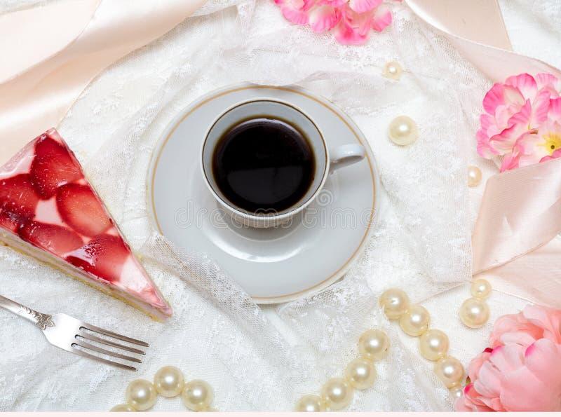 Kopp kaffe- och jordgubbekaka arkivfoton