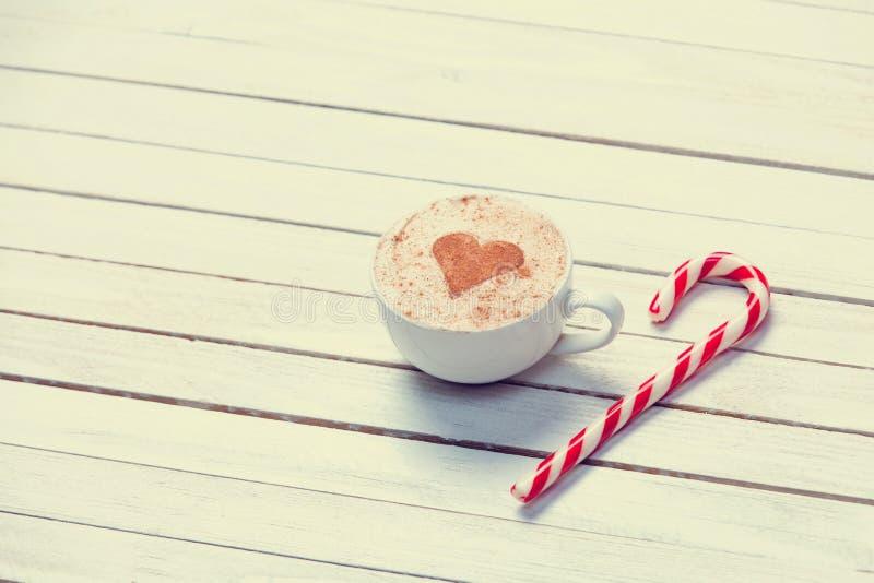 Kopp kaffe och julgodis arkivfoto