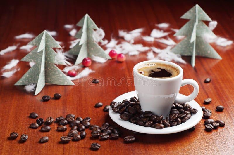 Kopp kaffe och julgran arkivfoton