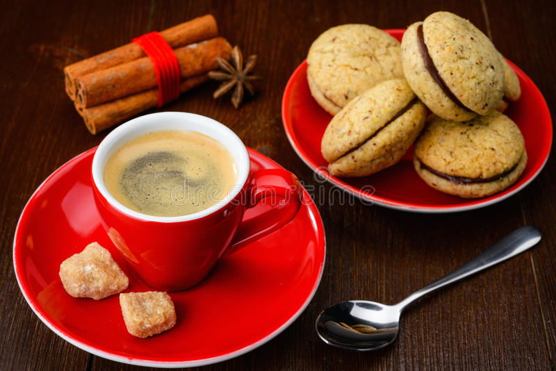 Kopp kaffe och kakor arkivfoton