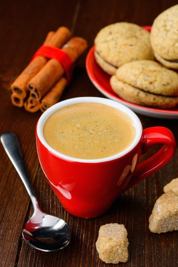 Kopp kaffe och kakor arkivbild