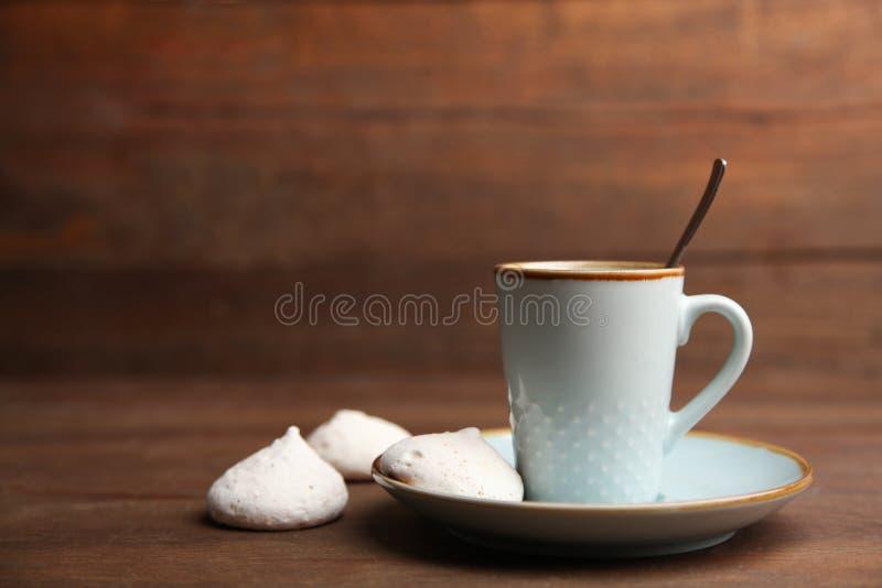 Kopp kaffe och marängar arkivfoton