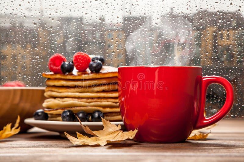 Kopp kaffe och pannkakor royaltyfria foton