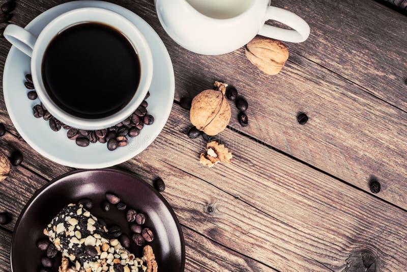 Kopp kaffe och sötsaker royaltyfri foto