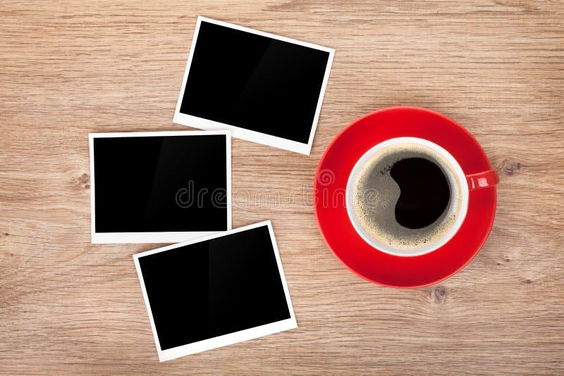 Kopp kaffe och tre fotoramar fotografering för bildbyråer