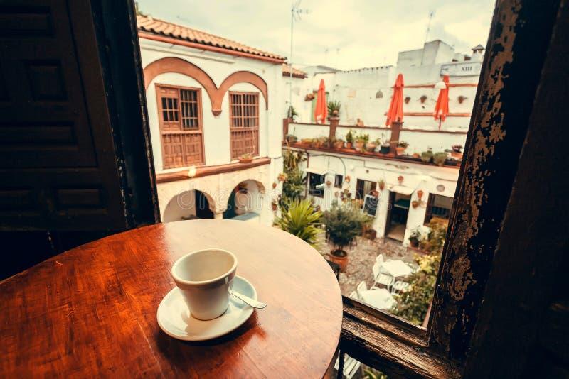 Kopp kaffe på balkong av kafét i stad av Andalusia i Spanien arkivfoton
