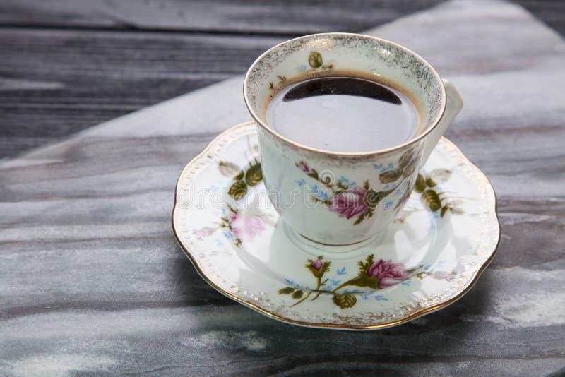 Kopp kaffe på en marmortabell arkivfoton