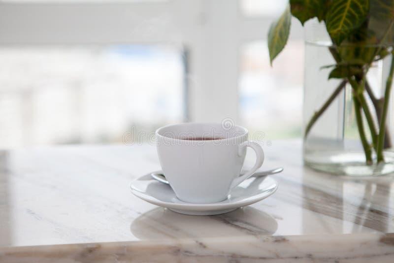 Kopp kaffe på marmortabellen royaltyfri fotografi