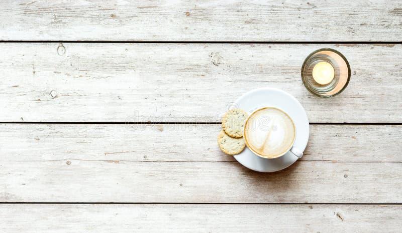 Kopp kaffe på trätabellen, bästa sikt royaltyfri foto