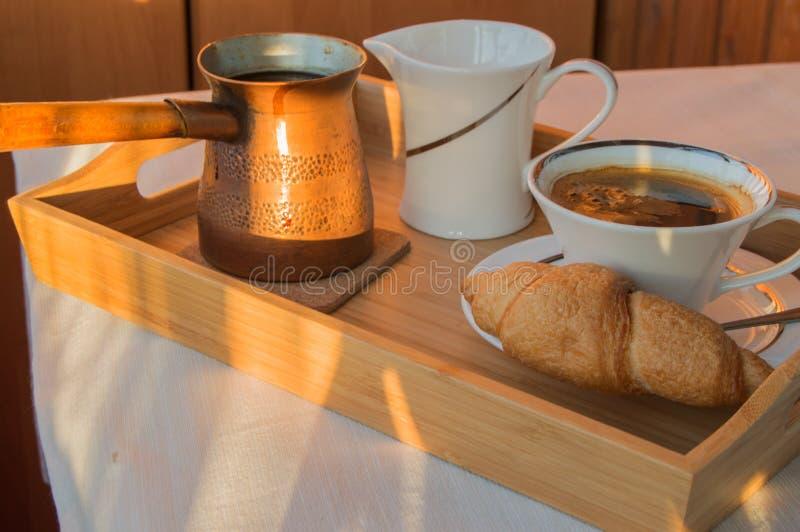 Kopp kaffe turk, giffel på träplattacloseupen Frukost selektiv fokus arkivfoto