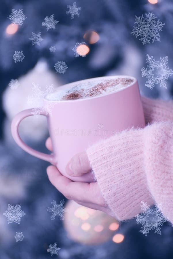Kopp med en doftande drink i deras händer Atmosfären av en festlig afton för hemtrevlig vinter fotografering för bildbyråer