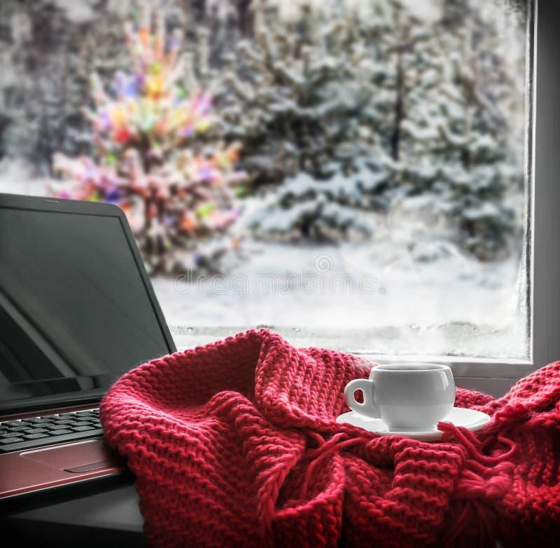 Kopp med en varm drink på fönsterbrädan royaltyfria foton