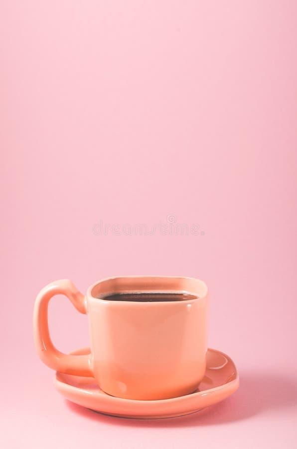 kopp med ett tefat på en rosa bakgrund/kopp kaffe på en rosa bakgrund, slut upp royaltyfria bilder