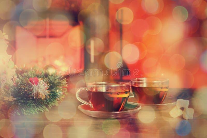 Kopp med julprydnaden nära spisen Conce för vinterferie royaltyfri bild
