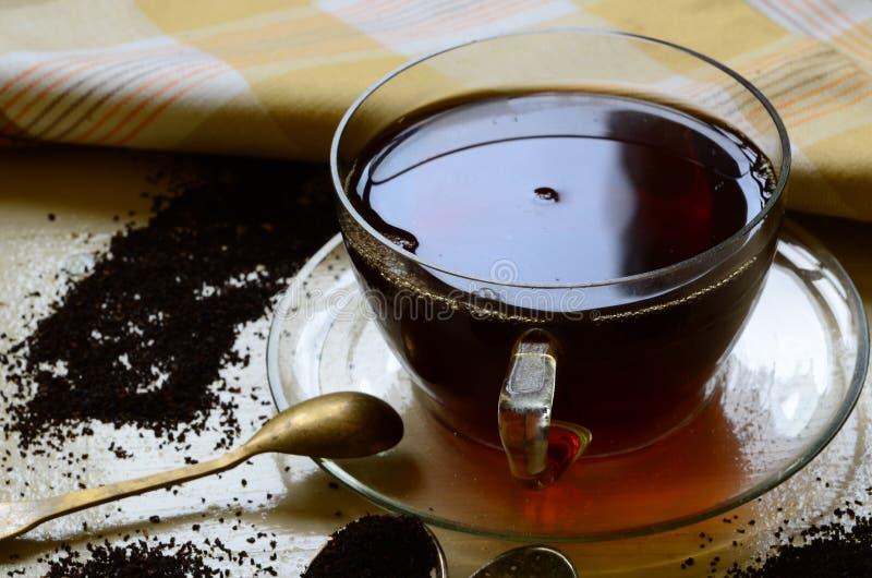 Kopp med svart te på vit träbakgrund royaltyfria bilder