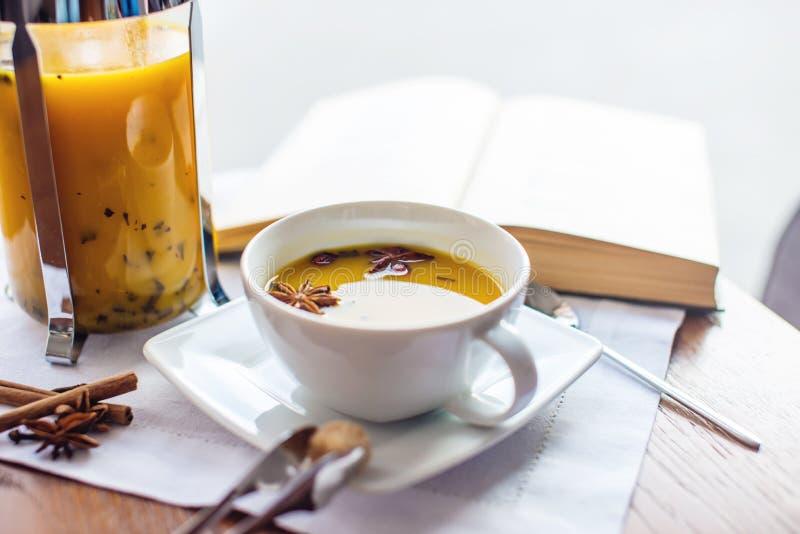 Kopp- och exponeringsglastekanna med kryddigt fruktte med apelsinen fotografering för bildbyråer