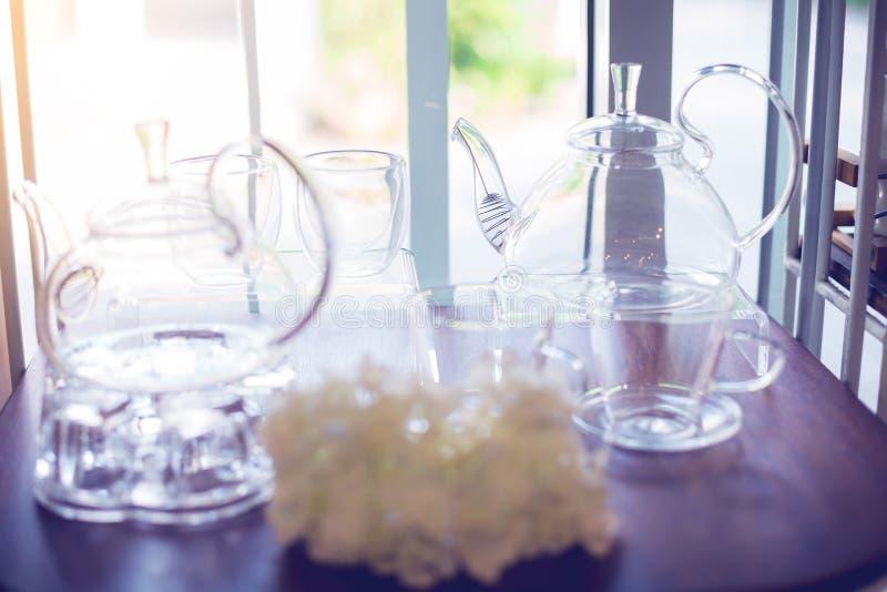 Kopp- och kokkärlexponeringsglas på hyllor arkivfoto
