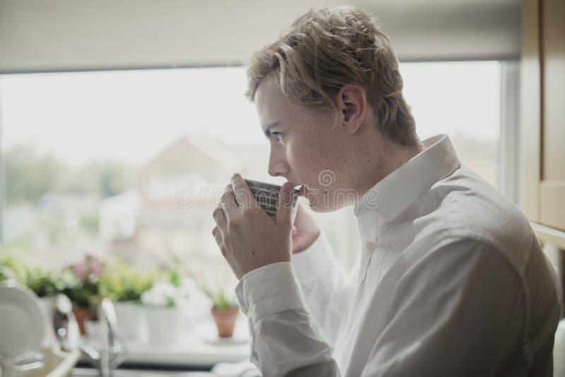 kopp som tycker om tea arkivfoto