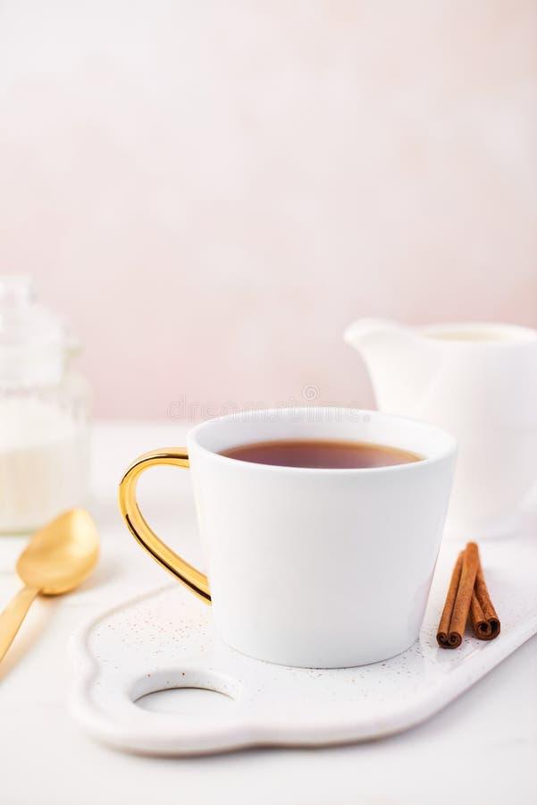 Kopp te över kvinnlig rosa bakgrund royaltyfri fotografi