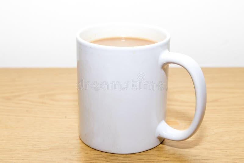 Kopp te i en vit rånar arkivbild