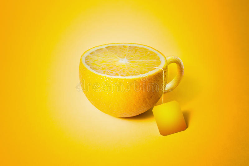 Kopp te i form av citronen royaltyfria foton