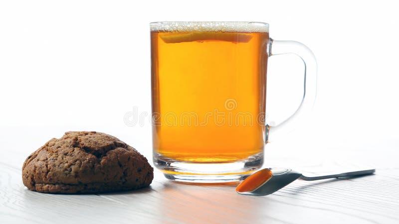 Kopp te med citronen och kakor p? en tr?tabell royaltyfria foton