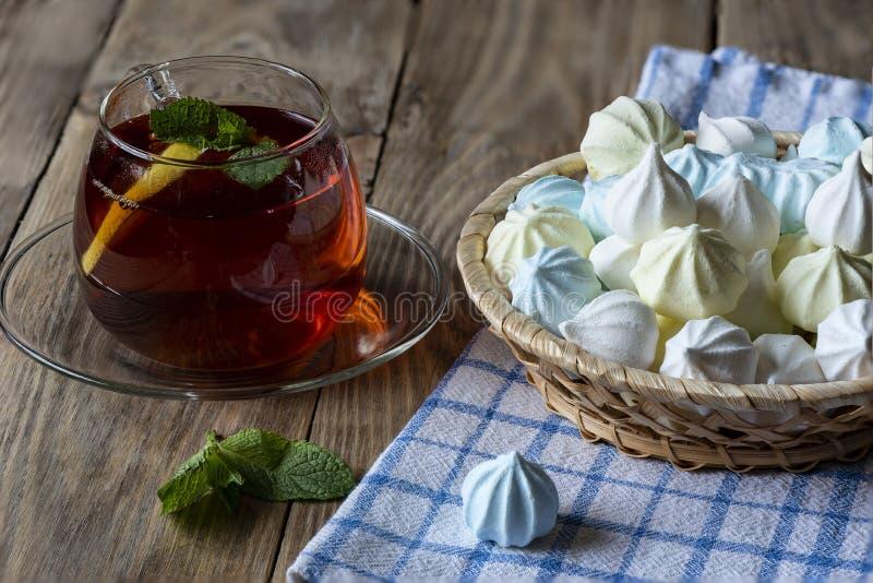 Kopp te med citronen och mintkaramell och maräng royaltyfria bilder