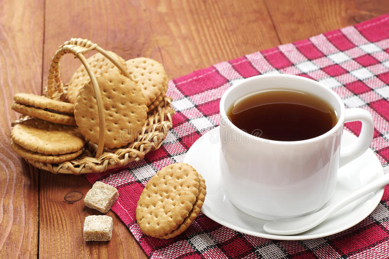 Kopp te med kex arkivfoton
