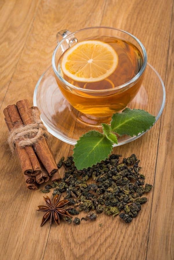 Kopp te med mintkaramellen, kanel och teblad arkivfoton