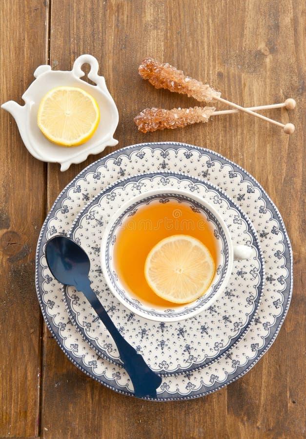 Kopp te med skivan av citronen arkivbilder