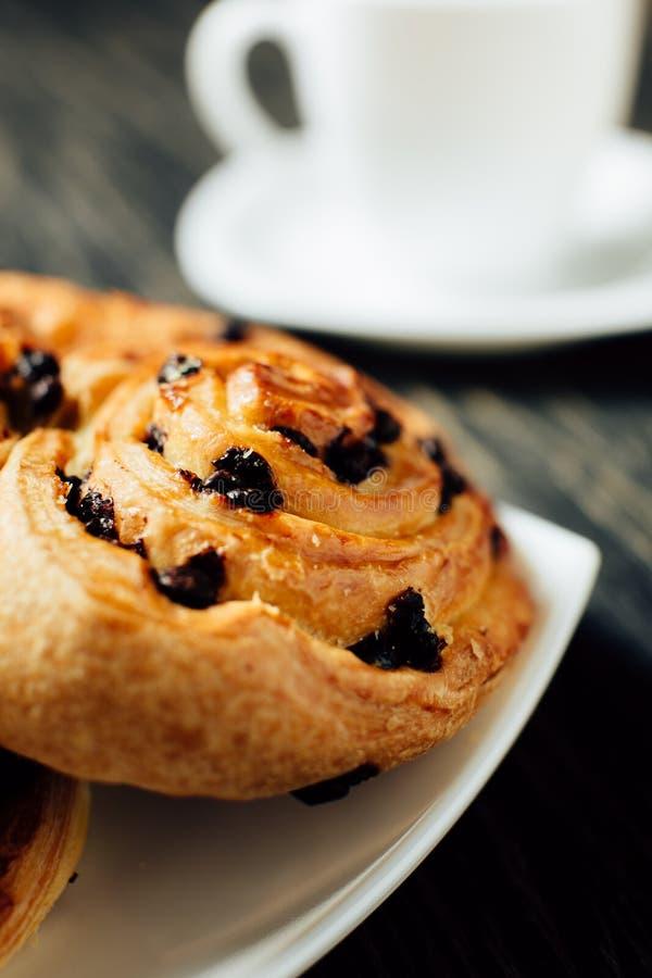 Kopp te och hemlagat bageri med choklad på den mörka trätabellen royaltyfria foton