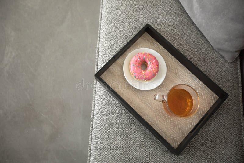 Kopp te och munk på magasinet royaltyfria bilder