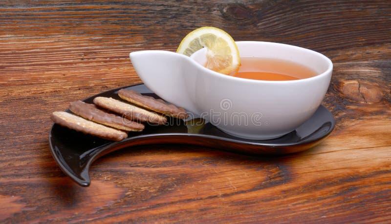 Kopp te och smällare royaltyfri fotografi