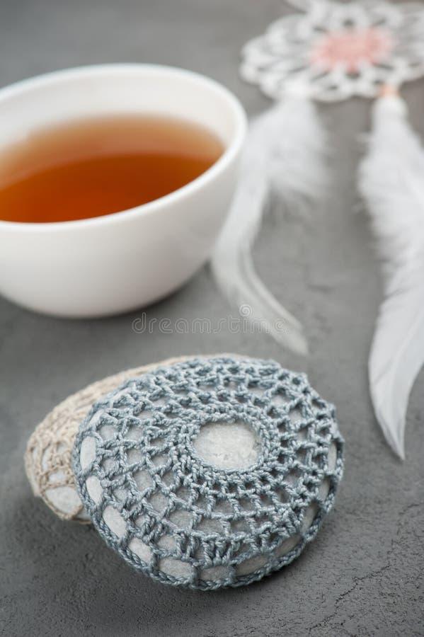 Kopp te och virkade kiselstenar fotografering för bildbyråer