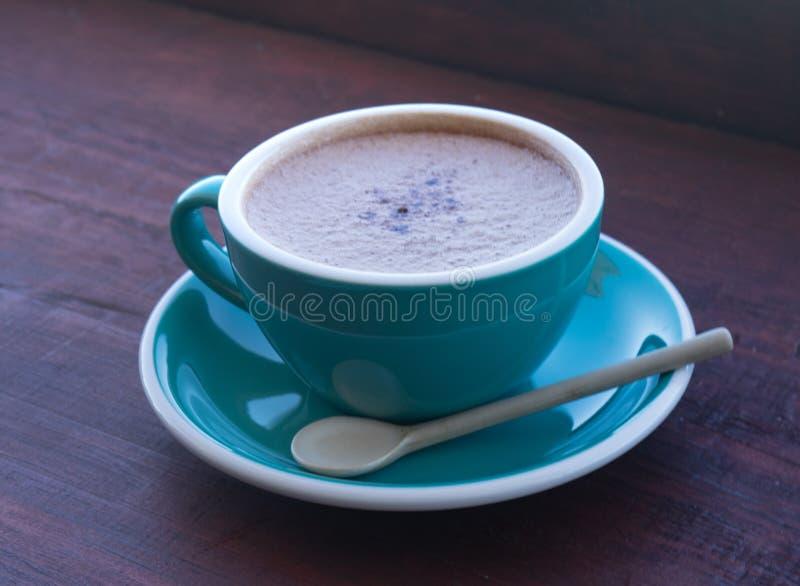 Koppar av varmt cappuccino- eller lattekaffe arkivfoto