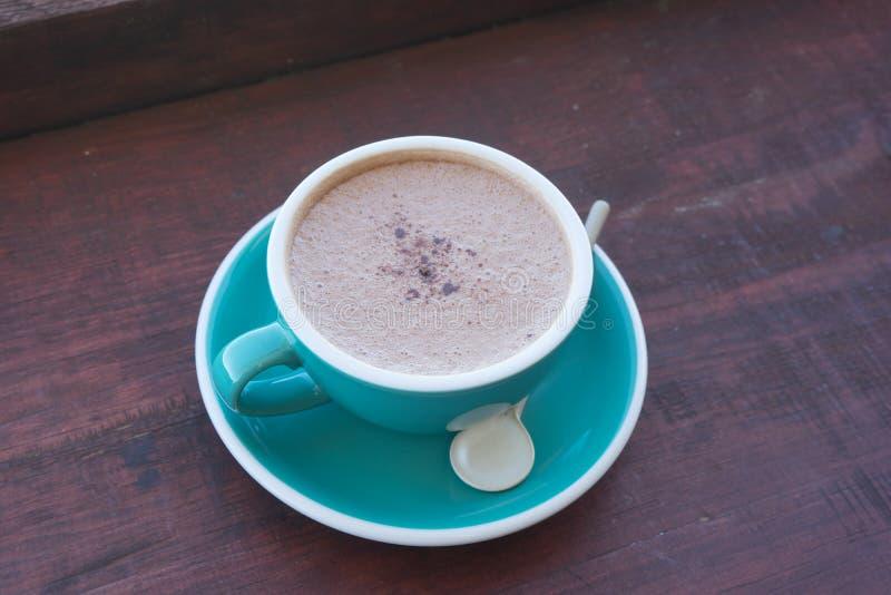 Koppar av varmt cappuccino- eller lattekaffe royaltyfria bilder